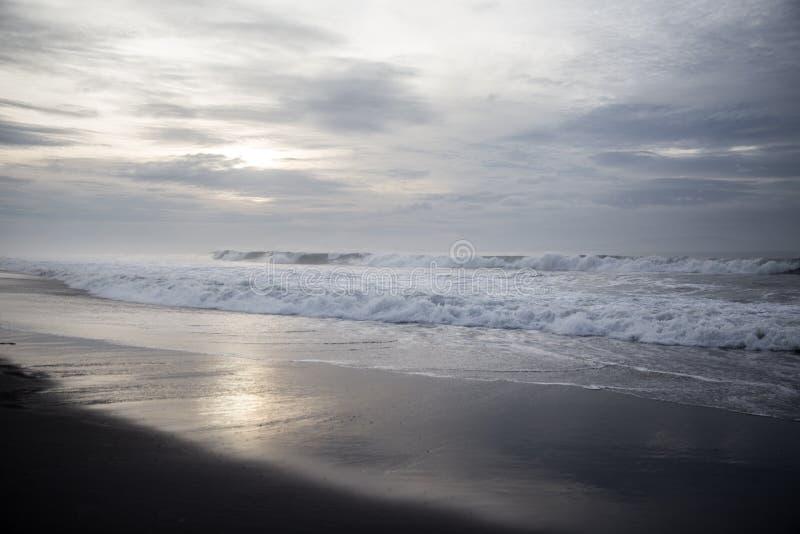 Plage noire de sable dans l'Océan Indien photo libre de droits