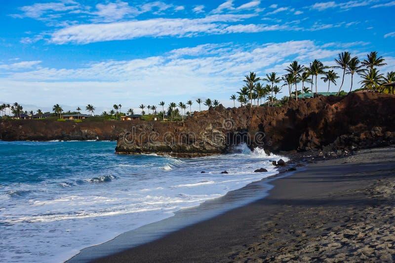 Plage noire de sable sur la grande île, Hawaï photographie stock libre de droits