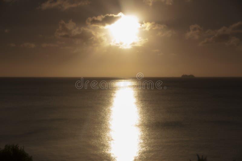 Plage orange St Lucia de crique de calebasse de coucher du soleil images libres de droits