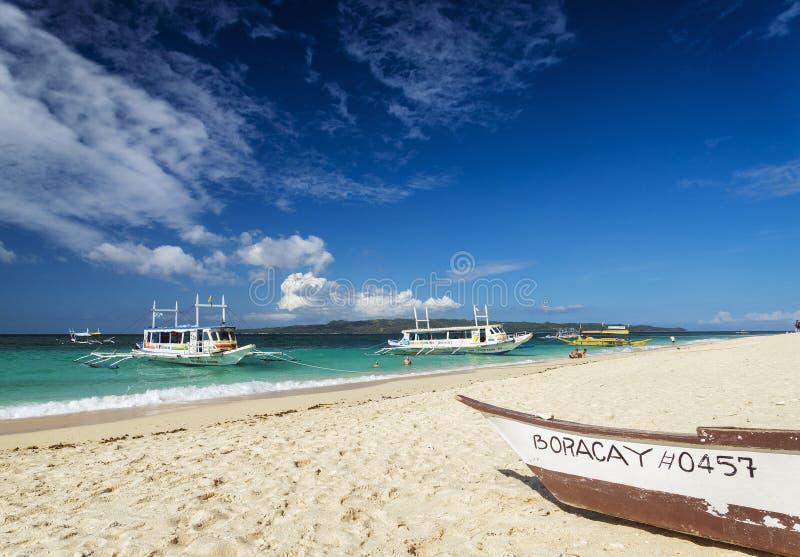 Plage philippine traditionnelle boracay pH de puka de bateaux de visite de taxi de ferry photographie stock