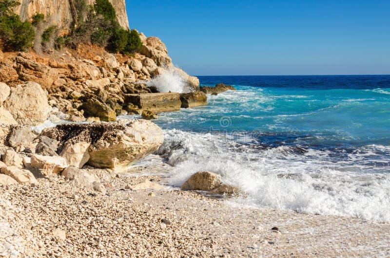 Plage pierreuse merveilleuse, Sardaigne, Italie photographie stock