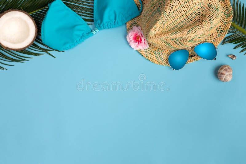 Plage prête, accessoires de vacances de vacances d'été sur le fond bleu en pastel photos libres de droits