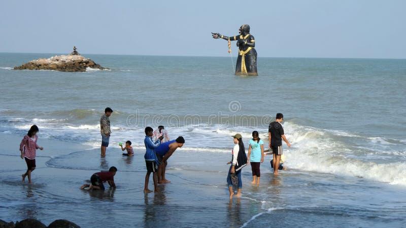 Plage publique avec la position de statue de monstre images libres de droits