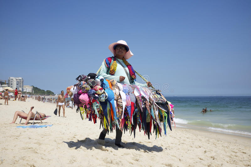 Plage Rio de Janeiro Brazil d'Ipanema de vendeur de bikini images libres de droits
