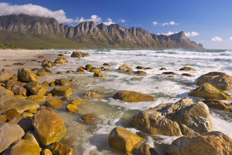 Plage rocheuse à la baie de Kogel en Afrique du Sud image libre de droits