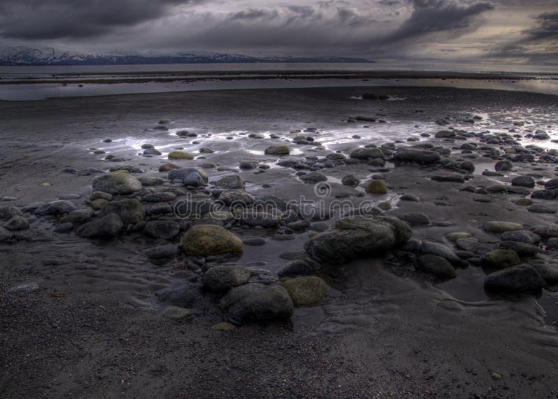 Plage rocheuse avec le nuage de tempête images libres de droits