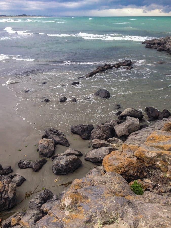 Plage rocheuse dans l'état de Cantorbéry, île du sud, Nouvelle-Zélande image stock