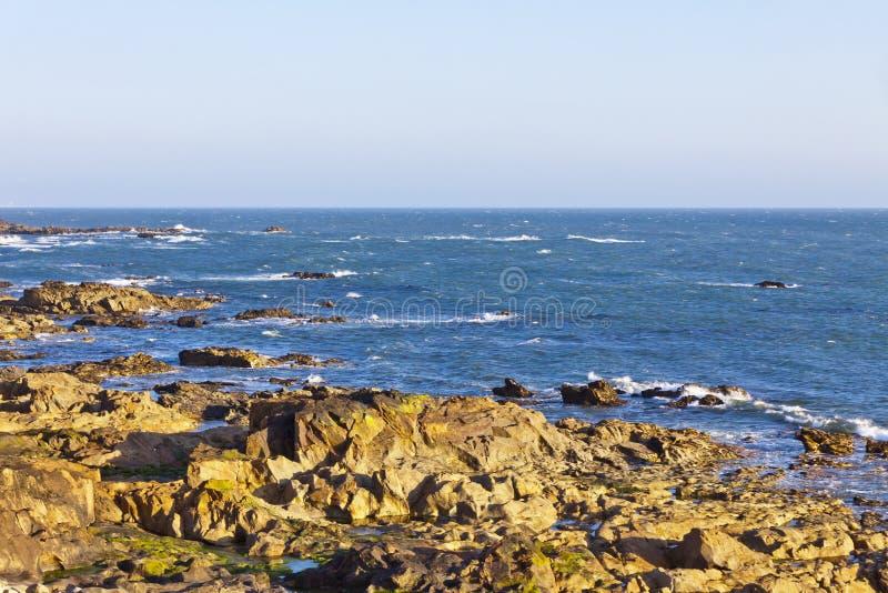 Plage rocheuse de l'Océan Atlantique dans Matosinhos, Porto, Portugal images stock