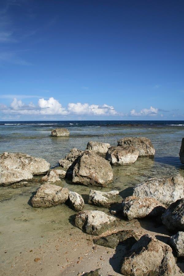Plage rocheuse de la Guam images libres de droits