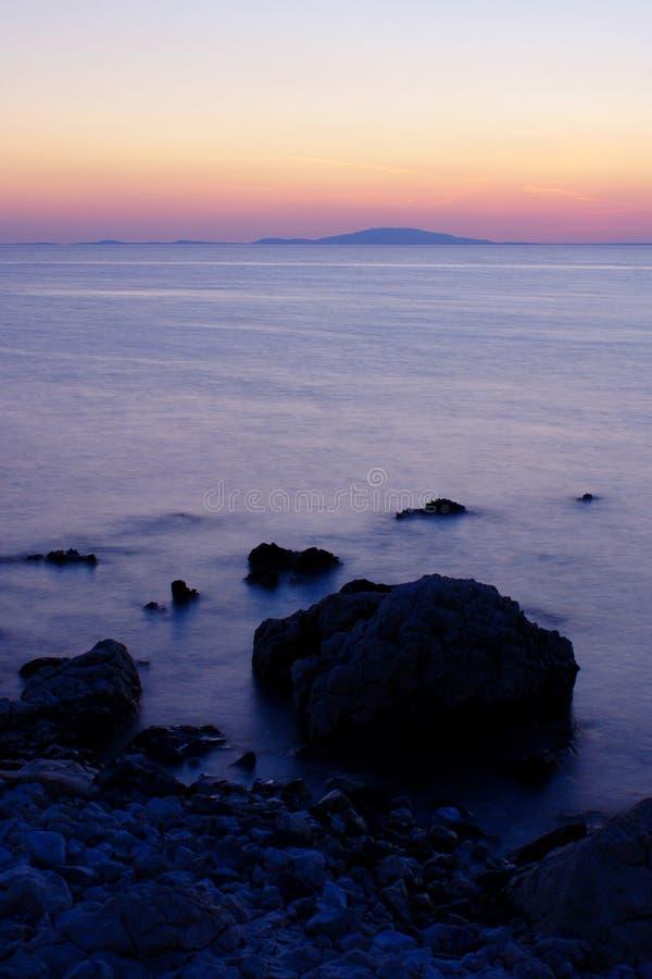 Plage rocheuse sur l'île de PAG après coucher du soleil photos libres de droits
