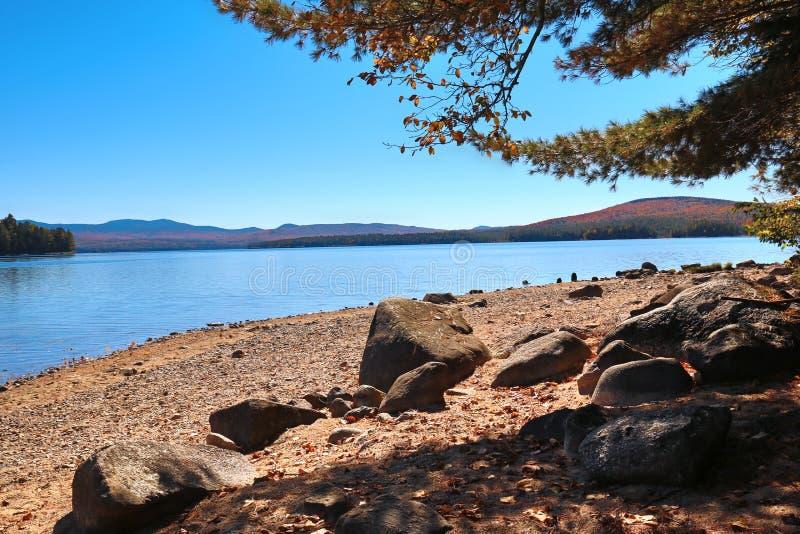 Plage rocheuse sur le rivage de Richardson Lake dans le comté d'Oxford, Maine photographie stock