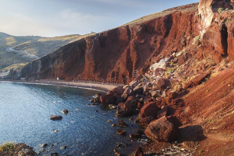 Plage rouge célèbre, avec le sable volcanique et le rivage rocheux sur l'île de Santorini, Akrotiri photos stock