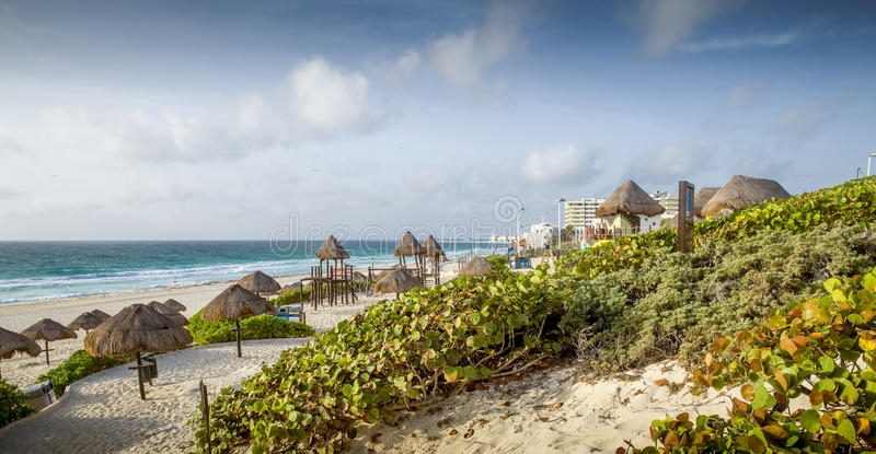 Plage sablonneuse dans Cancun, Mexique photographie stock libre de droits