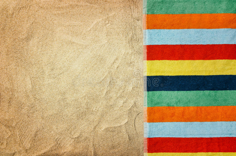 Plage sablonneuse et serviette de vue supérieure Fond avec l'espace de copie photographie stock libre de droits