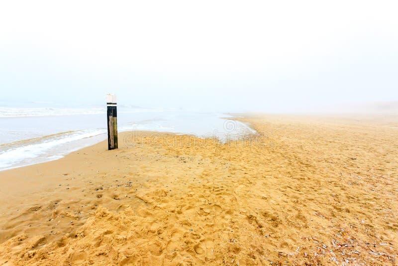 Plage sablonneuse sur l'île de Texel en brume l'Europe, Pays-Bas de matin image stock