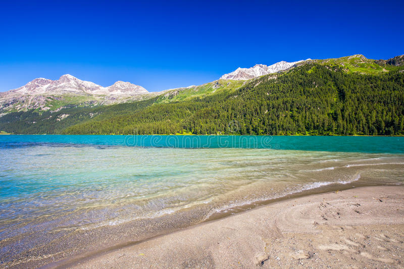 Plage sablonneuse sur le lac Silvaplana près de Sankt Moritz photographie stock libre de droits