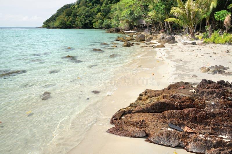 Plage sablonneuse tropicale sur l'île de Koh Chang, Thaïlande images stock