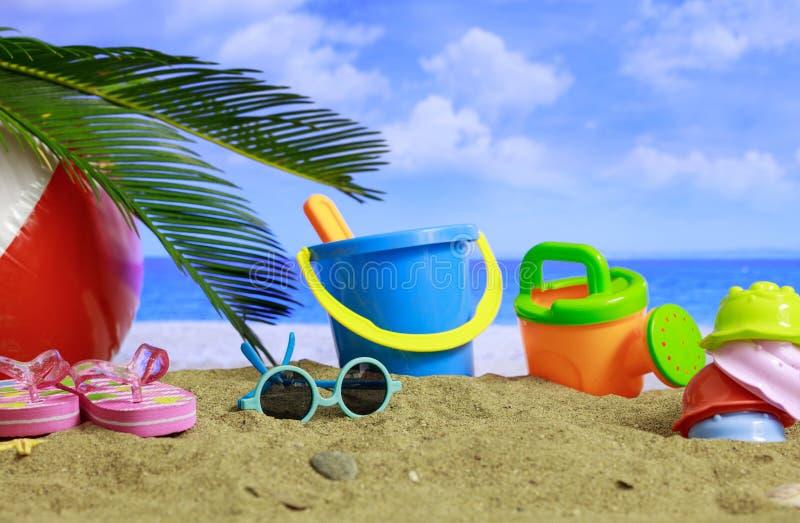 Plage sablonneuse - vacances d'été d'enfants images stock