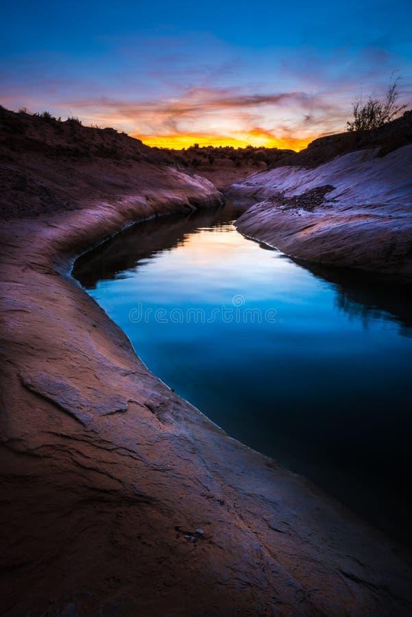 Plage solitaire de roche de canyon étroit au coucher du soleil image stock