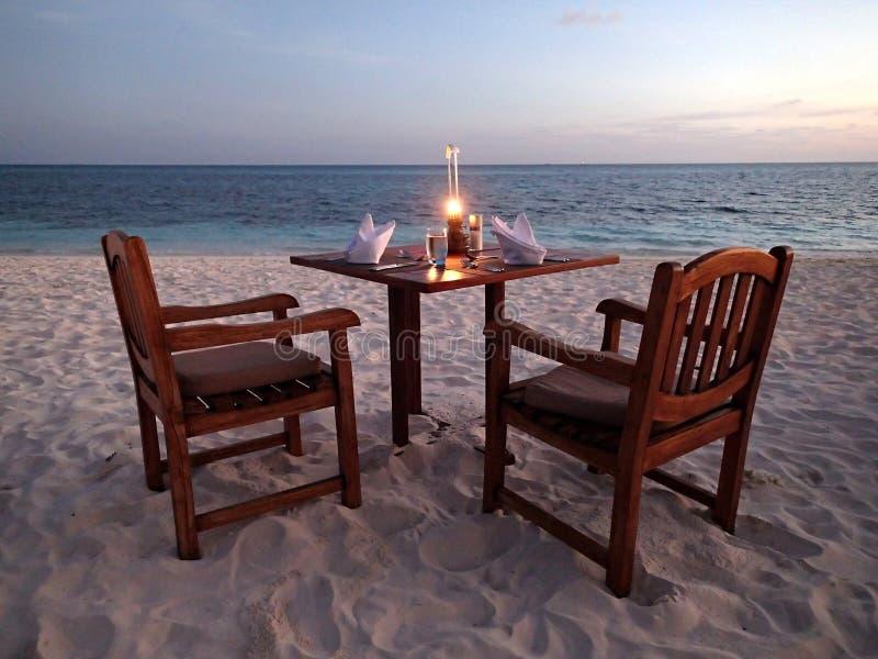 Plage sur l'île de Kuredu - dîner de lumière de bougie - îles - Madlives photographie stock libre de droits