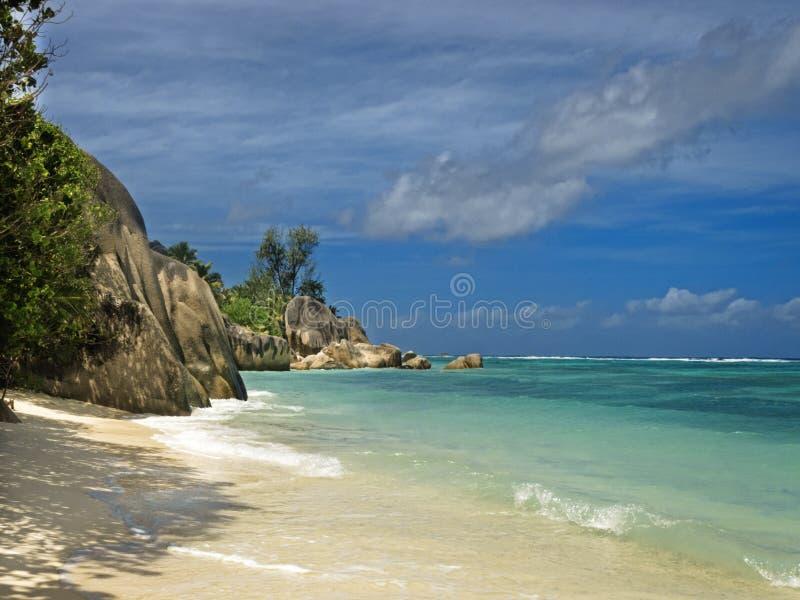 Plage tropicale abandonnée photographie stock