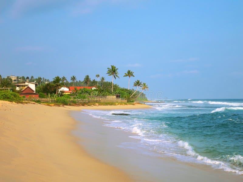 Plage tropicale arénacée vide avec des bâtiments de station de vacances, Kamburugamuwa, Sri Lanka images stock