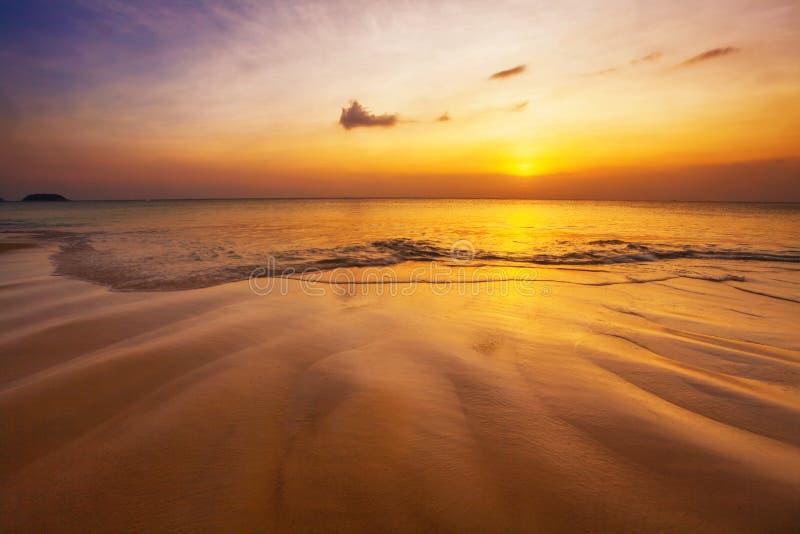 Plage tropicale au coucher du soleil. photographie stock libre de droits