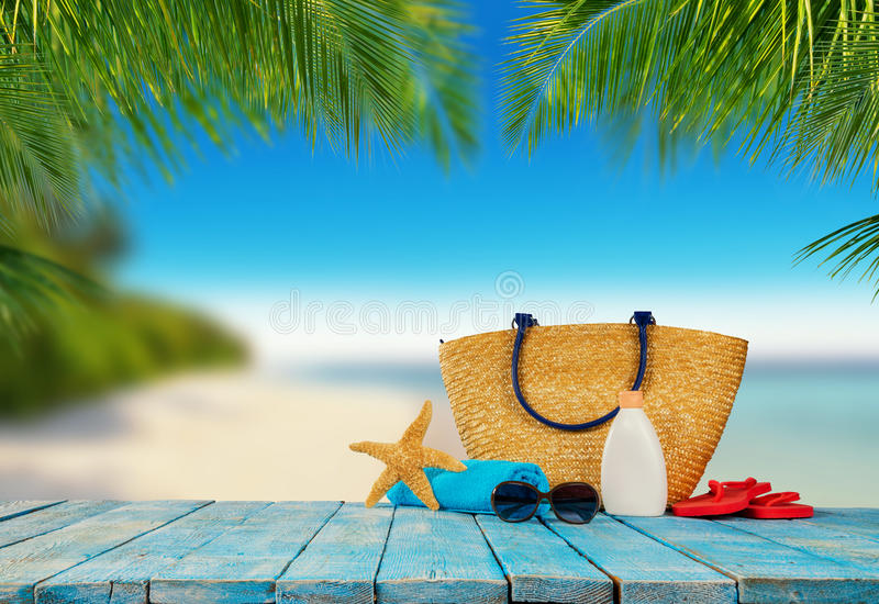 Plage tropicale avec des accessoires sur les planches en bois, vacances d'été images libres de droits