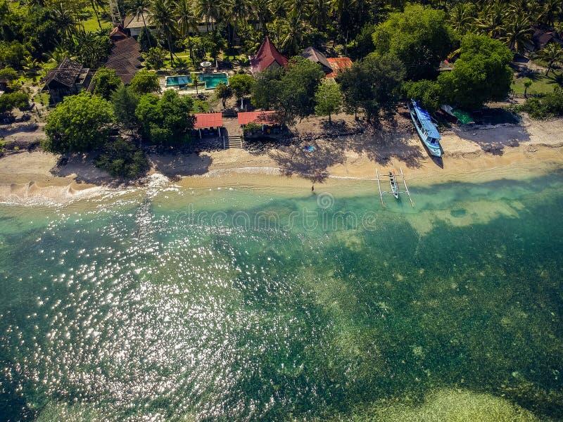 Plage tropicale avec des bateaux et une belle vue à partir du dessus images stock