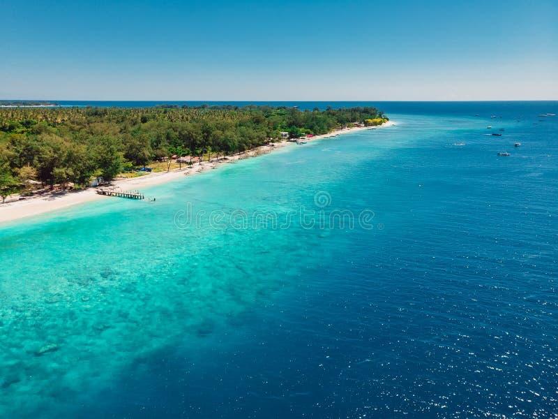 Plage tropicale avec l'océan de turquoise en île de paradis Silhouette d'homme se recroquevillant d'affaires Station de vacances  photos stock