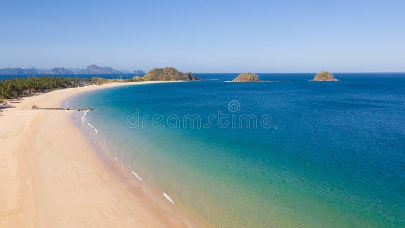 Plage tropicale avec la lagune blanche de sable et de turquoise image libre de droits