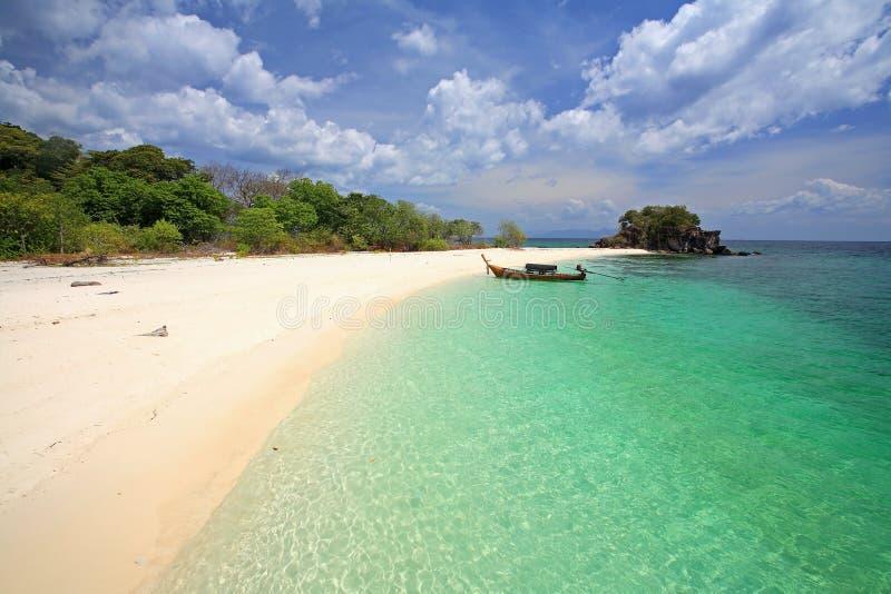 Plage tropicale avec la mer d'Andaman en cristal au KOH Khai près du KOH Lipe image stock