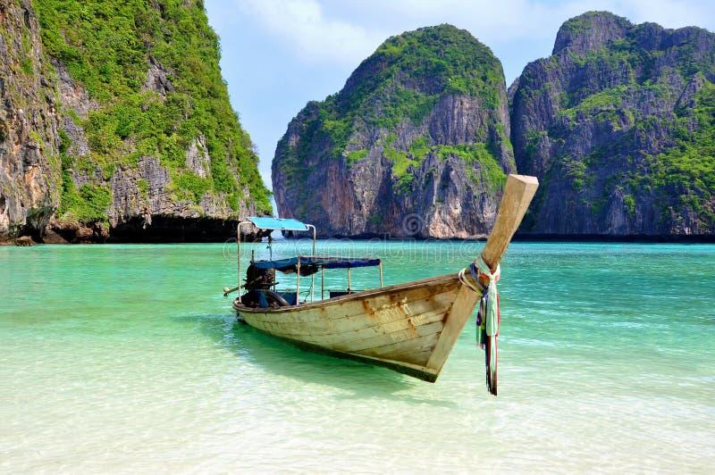 Plage tropicale avec le bateau photo stock