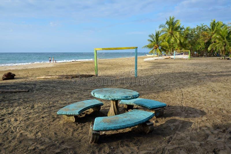 Plage tropicale avec une table et des buts du football images stock