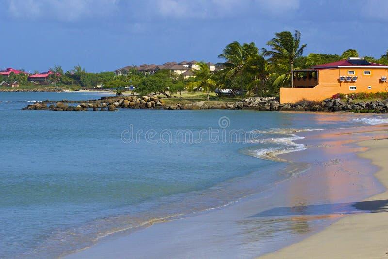 Plage tropicale dans le village d'îlot de Gros au St Lucia, des Caraïbes photographie stock libre de droits