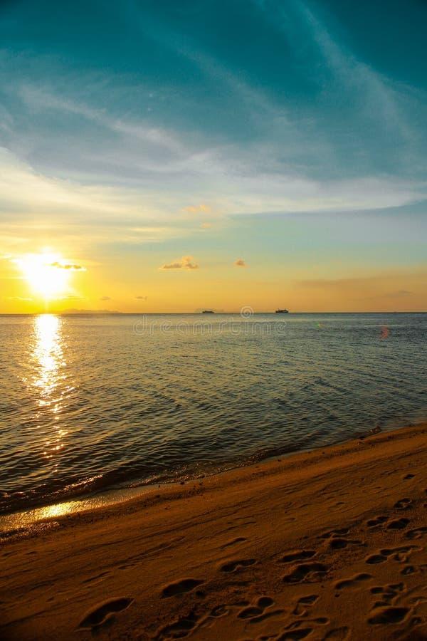 Plage tropicale de coucher du soleil Beau fond photos stock