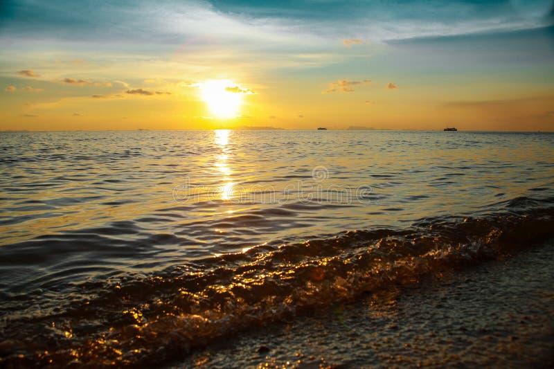 Plage tropicale de coucher du soleil Beau fond image libre de droits
