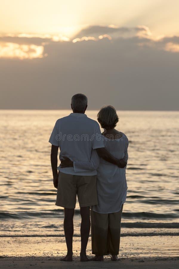 Plage tropicale de couples de coucher du soleil supérieur d'embrassement image libre de droits