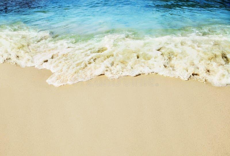 Plage tropicale de Sandy, éclaboussant des vagues image libre de droits