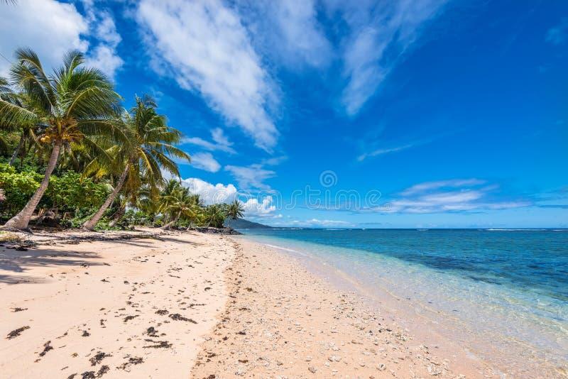 Plage tropicale en le Samoa-Occidental image stock