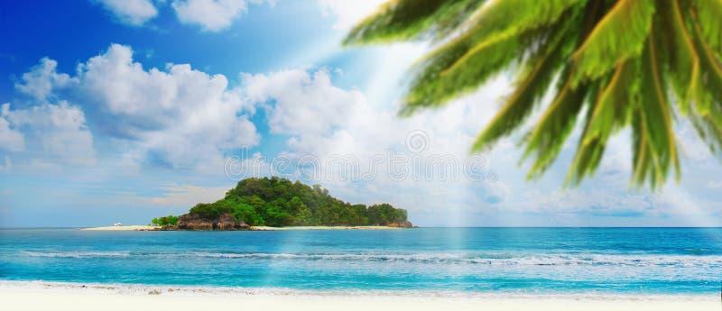 Plage tropicale ensoleillée sur l'île photos libres de droits