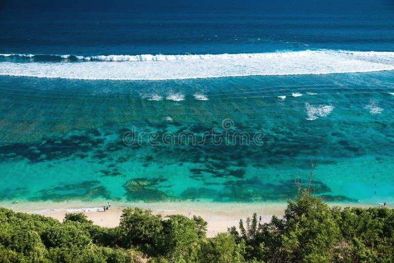 Plage tropicale et océan clair avec de l'eau bleu en île tropicale image stock