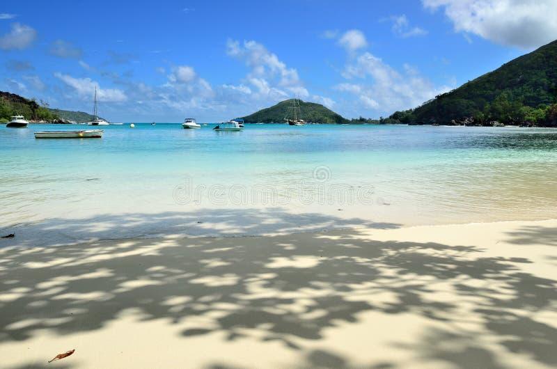Plage tropicale sur l'île des Seychelles photos stock