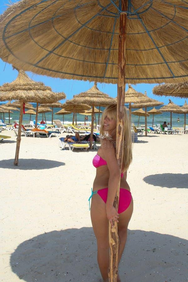 Plage Tunisie, beau support d'été de fille sur le parapluie de plage images libres de droits