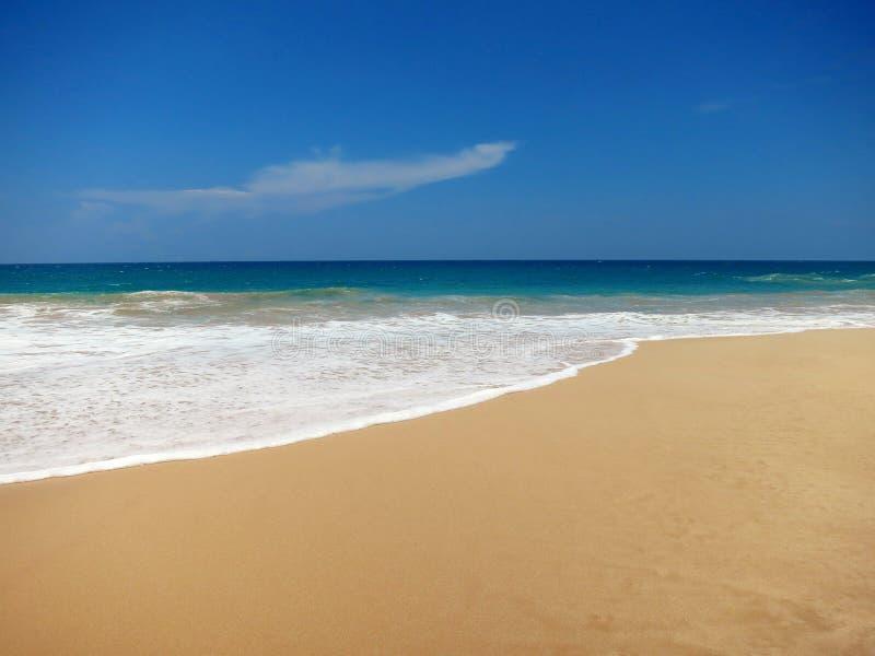 Plage vide d'océan avec de l'eau le sable clair jaune et bleu photos stock