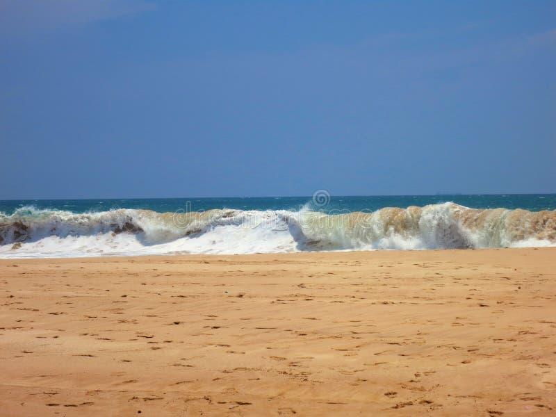 Plage vide d'océan avec les vagues à sable jaune et arénacées images stock