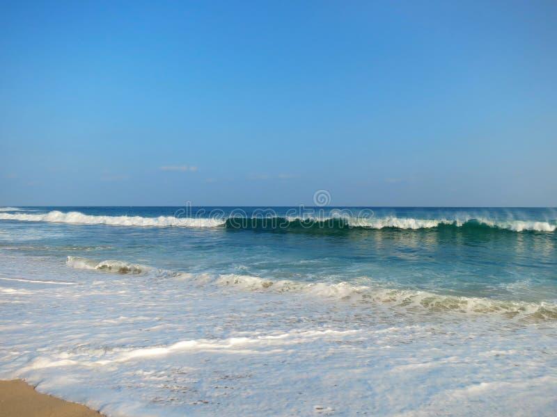 Plage vide d'océan avec les vagues bleues photo libre de droits