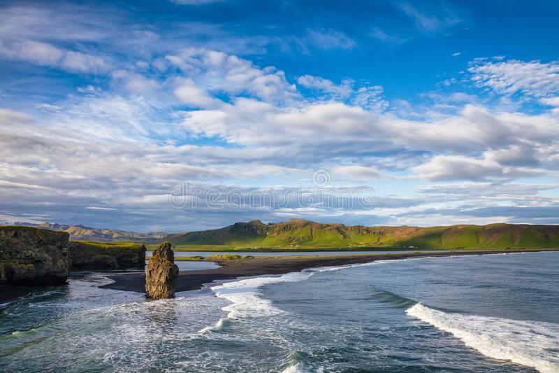 Plage Vik, Islande du sud, Scandinavie de sable de noir de Reynisfjara de seastack d'Arnardrangur images stock