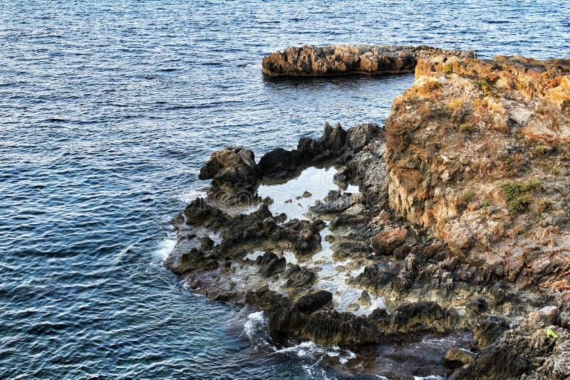 Plages et falaises d'île de Tabarca dans Alicante, Espagne photographie stock