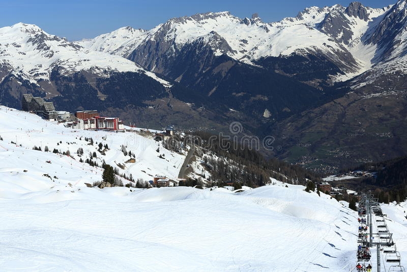 Plagne mitt, vinterlandskap i skidasemesterorten av La Plagne, Frankrike royaltyfria bilder